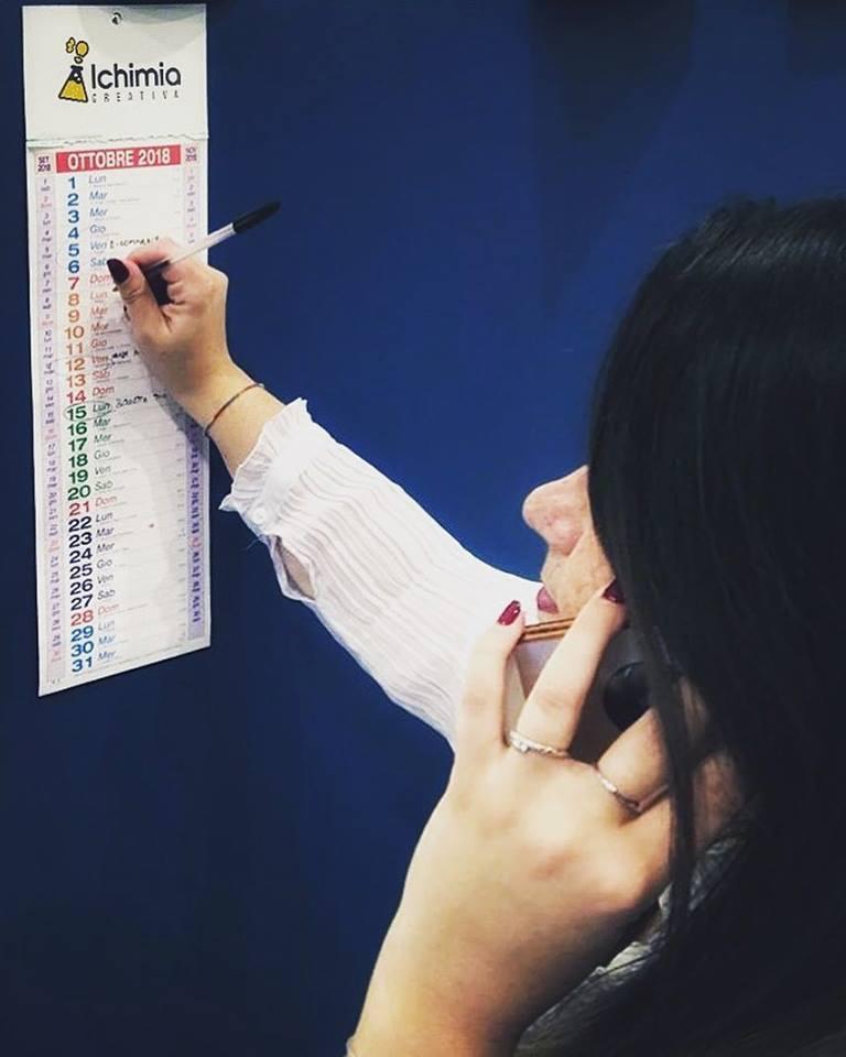 libero professionista freelancer prende appunti sul suo calendario personalizzato a parete